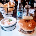 hamburguesa con cebolla caramelizada, papas fritas y ensalada