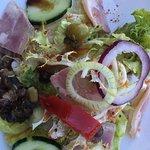 Salade du terroir agrémentée de charcuterie et de plments d'espelette