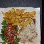 Escalope de dinde sauce gorgonzola + frites salade (j'ai demandé un peu de frites). Très bon !