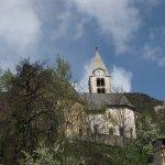 Kirche und Ruine vor Ort