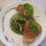 Escargots de Bourgogne et grenouilles, ail et persil simple, brick de sésame