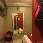 Foto de la habitación simple, es chiquita pero cómoda, el problema es el tema de luz , un poco l