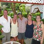 Die Gastgeber der Ferienwohnung. Charles in der Mitte und Doris rechts außen. Der Rest sind wir