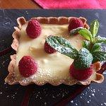 Dessert : tartelette au chocolat blanc et framboise fraîches