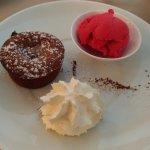 Un des desserts du menu à 23,50e (fondant chocolat et sorbet framboise)