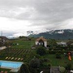 Aussicht vom Hotelturm auf Pool und Spielplatz bei Schlechtwetter
