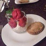 Coupe avec sorbet a la fraise et chantilly maison servi avec un sablé a la pistache