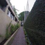 Piscina, patio de los departamentos, conexión entre departamentos y Byblos (pousada de enfrente,