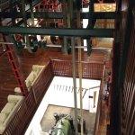 Blick auf die alte Dampfmaschine und Transmissionsriemen