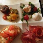 Menu à 19.90 €.entrée+plat+dessert . Antipasti Angolo ,spaghetti à l'encre de seiche et fruits d
