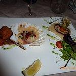 entrée : foie gras farci, coquille St Jacques, Croustillant farci au fromage, le tout accompagné