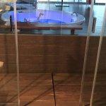 Baño -se puede bajar una persiana para ganar intimidad-