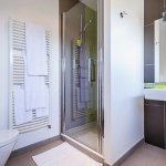 Chaque chambre bénéfice de sa propre salle de bain. 4 chambres avec douche et 1 chambre avec bai