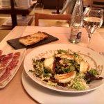 Cenita: Ensalada de queso brie, nueces y vinagreta de miel y jamón de bellota con pan de cristal