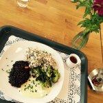 Belugalinsenlaibchen brokkoli und quinoareis, krendip