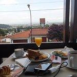 desayuno en el balcon del hotel.