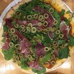 Pizza Jamon albahaca y aceitunas