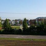 Blick auf Straße, Sportgelände und Weinberge