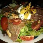 Excelente ensalada Stuzzi, una verdadera delicia, alrededor de 10$ es el costo de este plato.