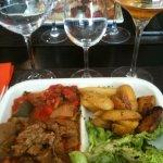 Plat du jour : sauté de veau, pommes de terre grenaille, ratatouille, salade.