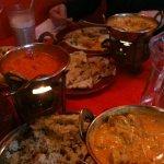 Assortiment de plats (il ne reste plus beaucoup de place sur la table !!!)