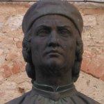 busto di Arnolfo nella vicina piazzetta
