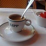 le café comme le repas ,dans une jolie vaisselle signée Lipp