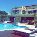A pousada tem essa piscina maravilhosa de frente pro mar.