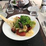 Entrada: ensalada de verdes, queso y verduras asadas