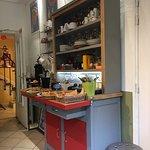 Sur le buffet, pains frais et viennoiseries, plusieurs sortes de thé,œufs, fromages et yaourts