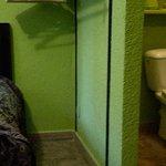 Cloison partielle, sans fermeture entre lit et cuvette de wc
