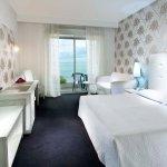camera matrimoniale  con divano letto e balcone fronte mare