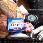 Corbeille petit déjeuner pour 1 personne Très bon rapport qualité/prix Pain et croissant excelle