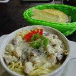 pasta con salsa blanca, pollo y champiñon