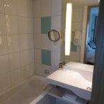 Bathtub + shower