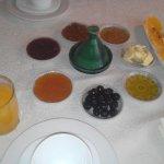 PArte del desayuno, incluye mermeladas, pan, crepes, zumo de naranja, te y cafe con leche...
