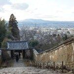 受付付近から生駒山を望む。