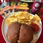 leckerer Burger - Rindfleisch+Käse+dunkles Brötchen