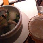 Caldo vegetariano y cerveza.
