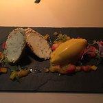 Joghurtmousse im Baumkuchenmantel mit Mago-Erdbeerkomposition