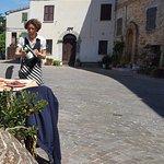 Piazzetta con la Signora del Ristorante