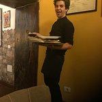 Uno de los camareros, muy amable y servicial. Nos atendió y explico la historia de la casa mika