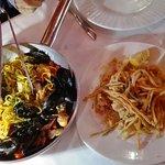 """Spaghetti alla chitarra """"allo scoglio"""" e frittura mista di pesce con carote e zucchine"""