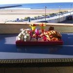 Petit déjeuner avec vue sur la mer .Un régal!!!!.