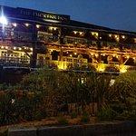 Vista del Dickens Inn desde los St.Katharine Docks, de noche.