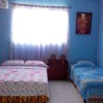 Habitaci'on # 3 con cama matrimonial y cama personal. Caben tres personas