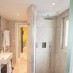 Chambre familliale Nord pour famille de 2 à 5 personnes. Salle de bain avec douche à l'italienne
