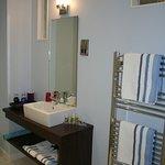 Deluxe room ensuite bathroom