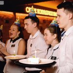 Сотрудники поздравляют гостей с Днем Рождения