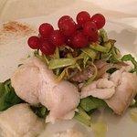 Petali di pollo con asparagi e ribes